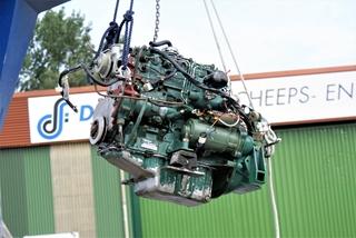 De motor wordt uit de boot gehesen
