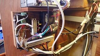 De variëteit in kabeltjes van de verschillende apparaten maakt het lastig om het netjes te houden