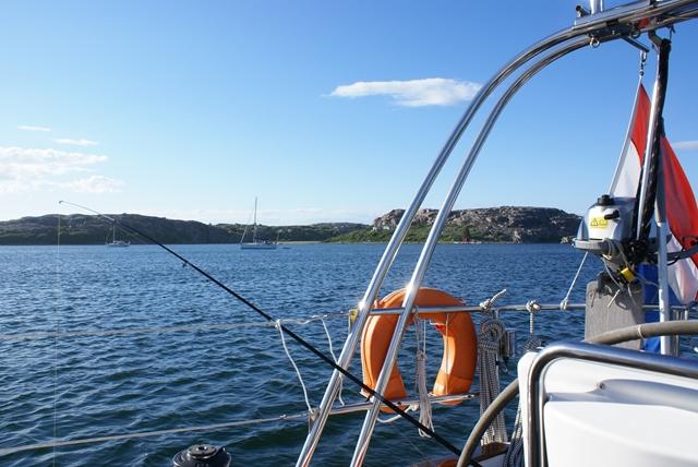 Op het ankerplaatsje bij Bovallstrand. Met de hengel konden we helaas geen maaltje vis vangen.