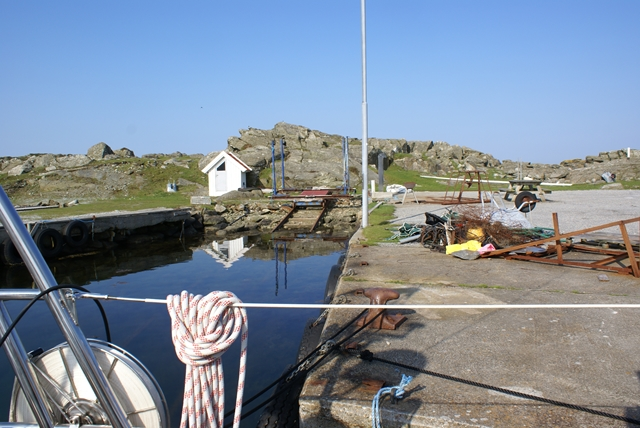 Aan de betonnen kade op het eilandje Rott