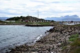 De echte ingang met op de achtergrond een stukje van de haven van Lødingen