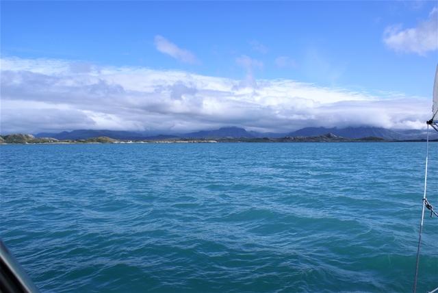 Zuid van Bolga zien we een ongelofelijk lichtblauwe watervlakte