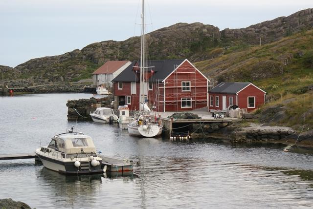 Aan de houten steiger in Trovåg, een beetje achteruit zodat de visser er voor kan ging prima