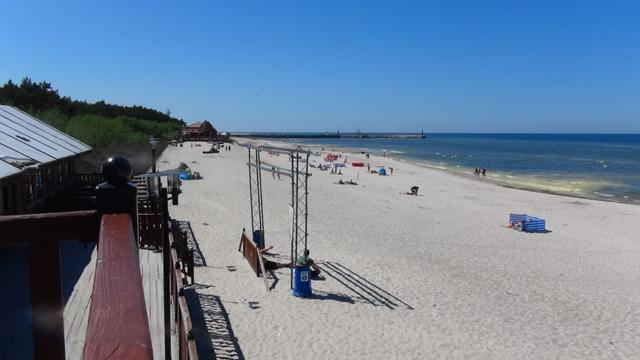 Het strand bij Leba met op de achtergrond de haveningang