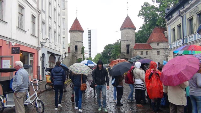 Wandelen in het centrum, met paraplu