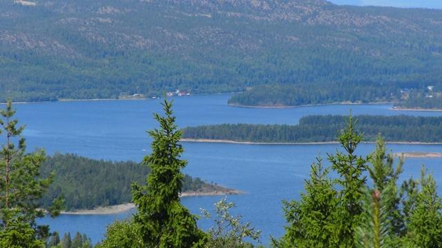 De OmneFjärden met midden boven wat huisjes aan de ingang van de Mjällomsviken