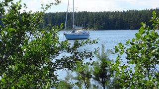Achter ons anker achter het eiland Enmaren
