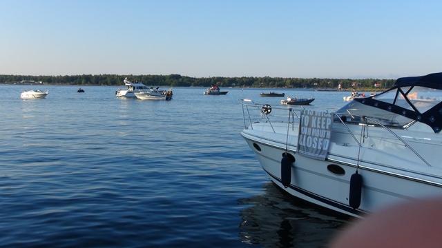 Zelfs buiten de haven liggen een aantal bootjes achter hun anker