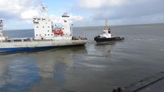 In Cuxhaven kijken naar werkzaamheden door sleepboten