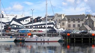 In de haven van Lerwick, met op de achtergrond de 'Sans Vitesse', de drugsboot uit Arnhem