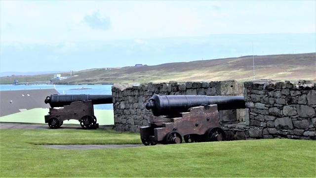 Tijden veranderen! Tijdens de tweede Nederlandse oorlog is Fort Charlotte gebouwd. Met een groot aantal kanonnen konden die vermaledijde Hollandse oorlogsbodems aan flarden worden geschoten. Voor ons waren de Shetlanders uiterst vriendelijk en was het verleden vergeten.