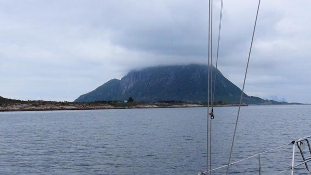 De berg Kunna, in nevelen gehuld