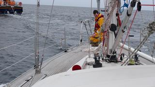Een bemanningslid van de Lifeboat aan boord