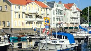 Een beetje ondeugend in Marstrand, we zien het rode kruis op een soortgelijk bordje over het hoofd als we langs een steiger aanleggen