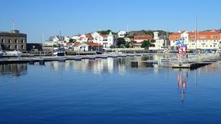 Een lege jachthaven in Marstrand