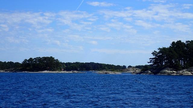 Zeilend tussen de scheren ten oosten van Stockholm