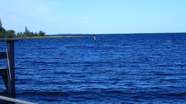 De wind komt aanwaaien over een groot stuk water en dat vernemen we die nacht