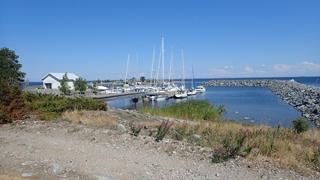 In de haven van het eiland Isokari