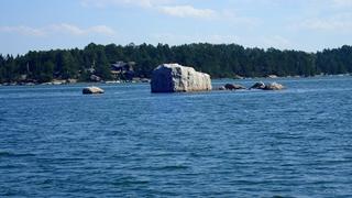 Stukjes steen steken soms boven het water uit