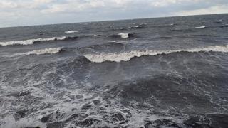 Stevige golven aan de buitenkant van de golfbreker