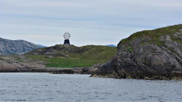 Het 'Arctic Circle Monument' op het eilandje Vikingen.