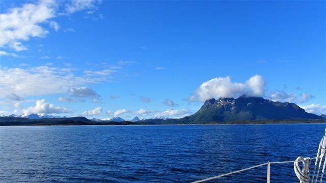 Met een blauwe lucht langs de Vestfjorden kust, een van die zeldzame dagen!