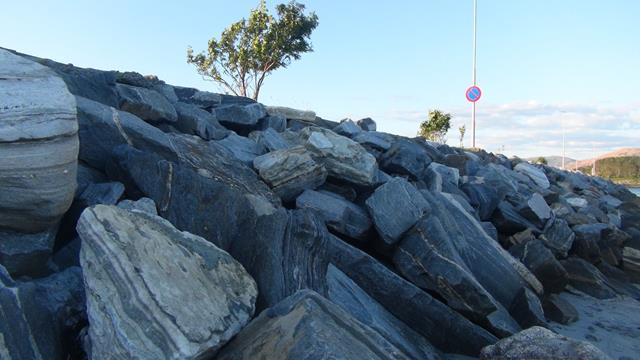 In Tjøtta zijn golfbrekers, gemaakt van grote stenen, om bootjes beschutting te bieden