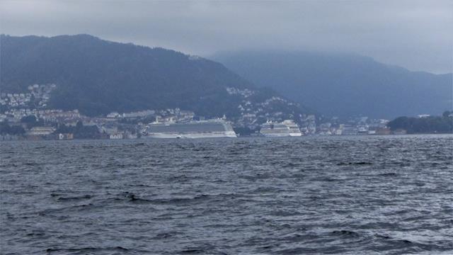 Bergen in de vroege morgen. De twee cruise schepen voor de Vagen brengen vele honderden mensen naar de stad