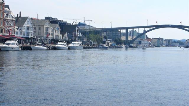 We varen door Haugesund, maar peinzen er niet over om hier te gaan liggen