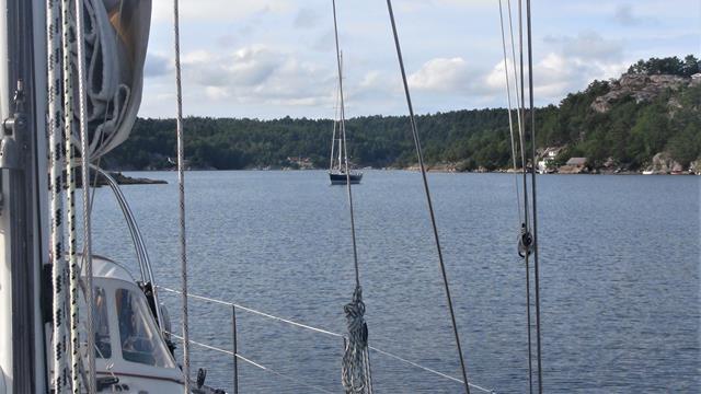 Ankeren bij Mortensholmen: voldoende ruimte tussen het Franse jacht en de Horizon Quest