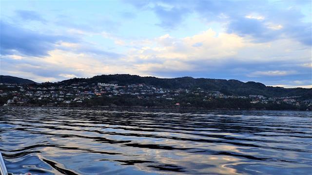 Een deel van de stad Bergen in het avondlicht
